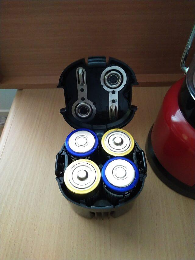 電池ボックスへ乾電池セット